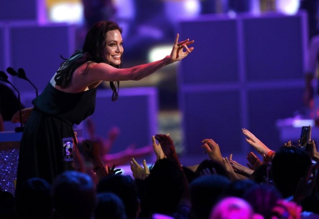 28.mar.2015 - Angelina Jolie agradece ao público infantil, ao subir ao palco do Nickelodeon Kids' Choice, em Los Angeles, para receber o prêmio de vilão favorito, por