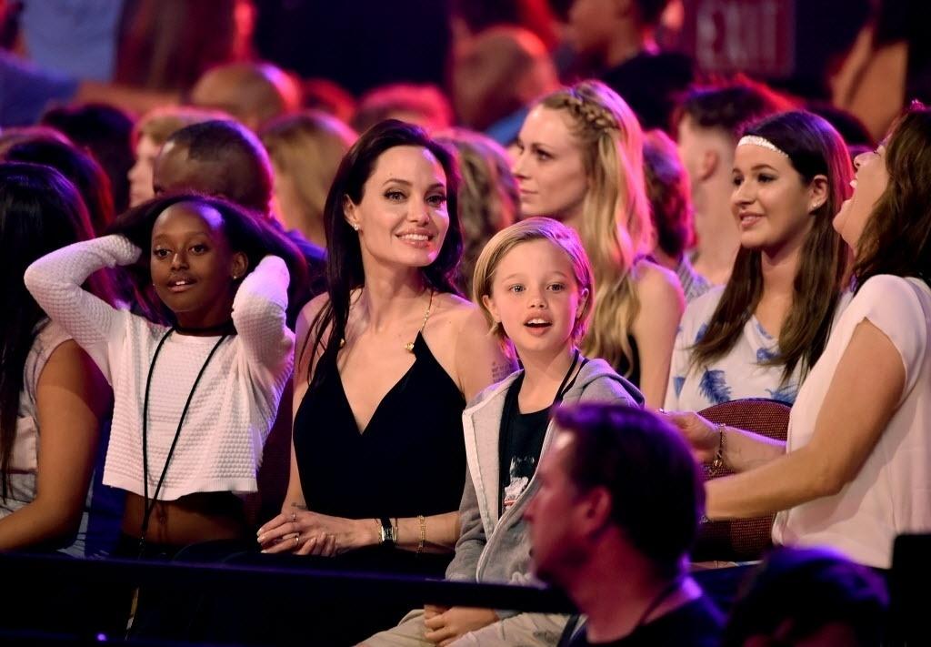 28.mar.2015 - Angelina Jolie assiste à cerimônia Nickelodeon Kids' Choice, em Los Angeles, com as filhas Zahara (à esq.) e Shiloh