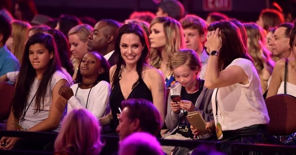 28.mar.2015 - Angelina Jolie assiste à cerimônia Nickelodeon Kids' Choice, em Los Angeles, com as filhas Zahara (à esq.) e Shiloh, que fica ligada no celular