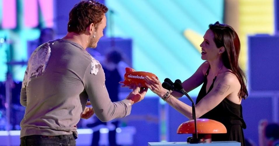 28.mar.2015 - Angelina Jolie recebe o prêmio de pior vilão, por
