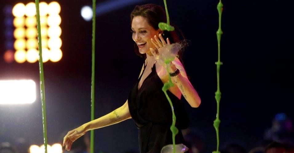 28.mar.2015 - Angelina Jolie sobe no palco do Nickelodeon Kids' Choice, em Los Angeles, para receber o prêmio de vilão favorito, por