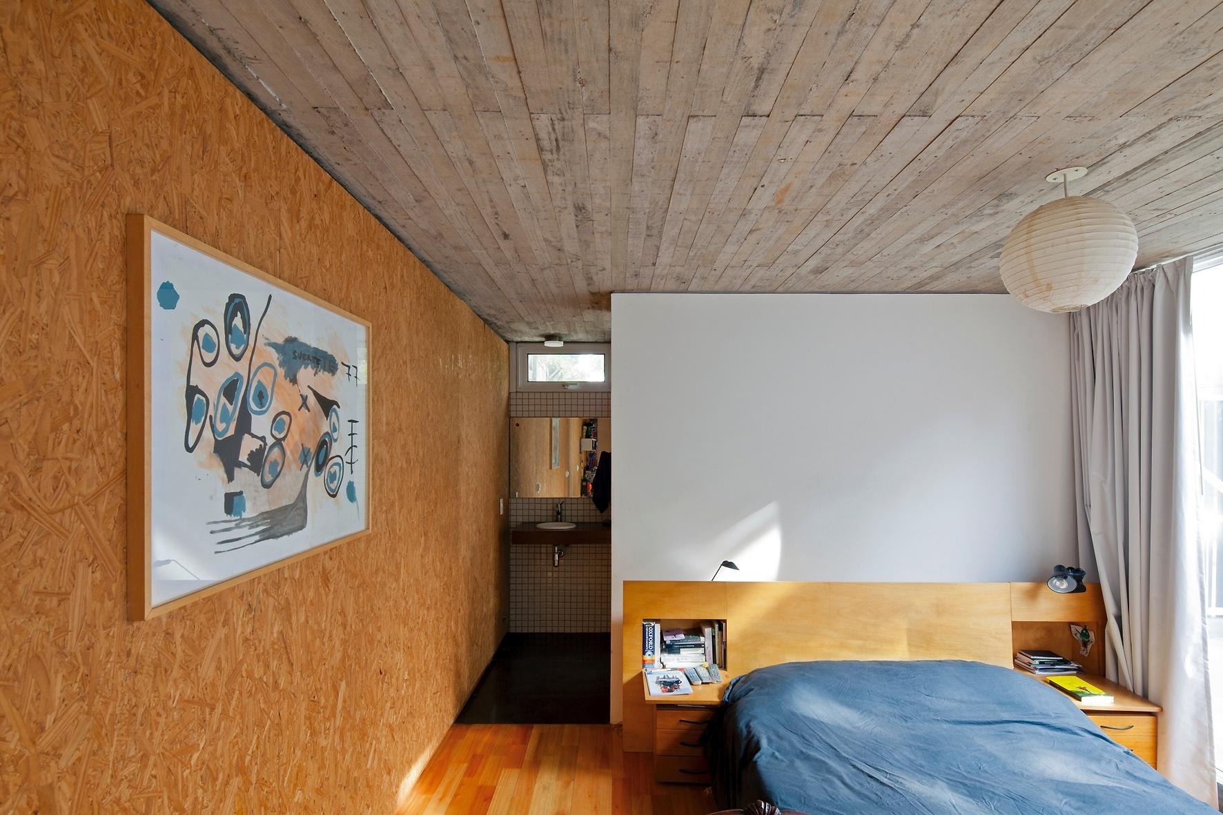 No dormitório de casal da Casa Buceo a peça branca vista no quarto  #7E481E 1772 1181