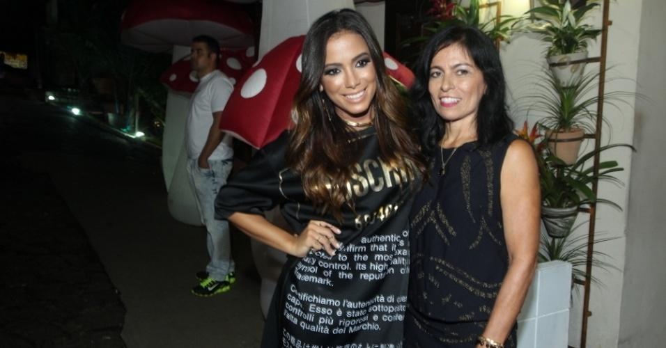 30.mar.2015 - Anitta abraça a mãe, Mirian Macedo, na comemoração de seu aniversário na Mansão Carioca, na zona sul do Rio de Janeiro, nesta segunda-feira