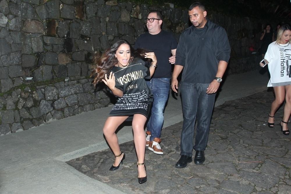 30.mar.2015 - Anitta leva um escorregão antes de se encontrar com os jornalistas na comemoração de seu aniversário na Mansão Carioca, na zona sul do Rio de Janeiro
