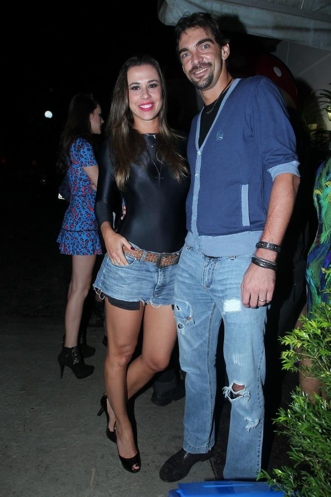 30.mar.2015 - Giba leva a mulher, Maria Luiza Daudt, à festa de aniversário de 22 anos de Anitta na Mansão Carioca, na zona sul do Rio de Janeiro, nesta segunda-feira