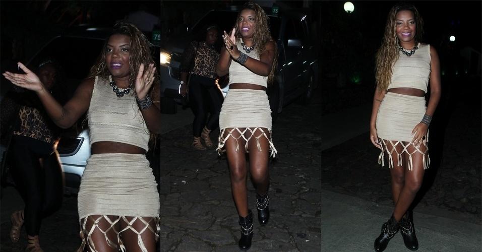 30.mar.2015 - Ludmilla brinca com fotógrafos na porta da festa de aniversário de 22 anos de Anitta na Mansão Carioca, na zona sul do Rio de Janeiro, nesta segunda-feira
