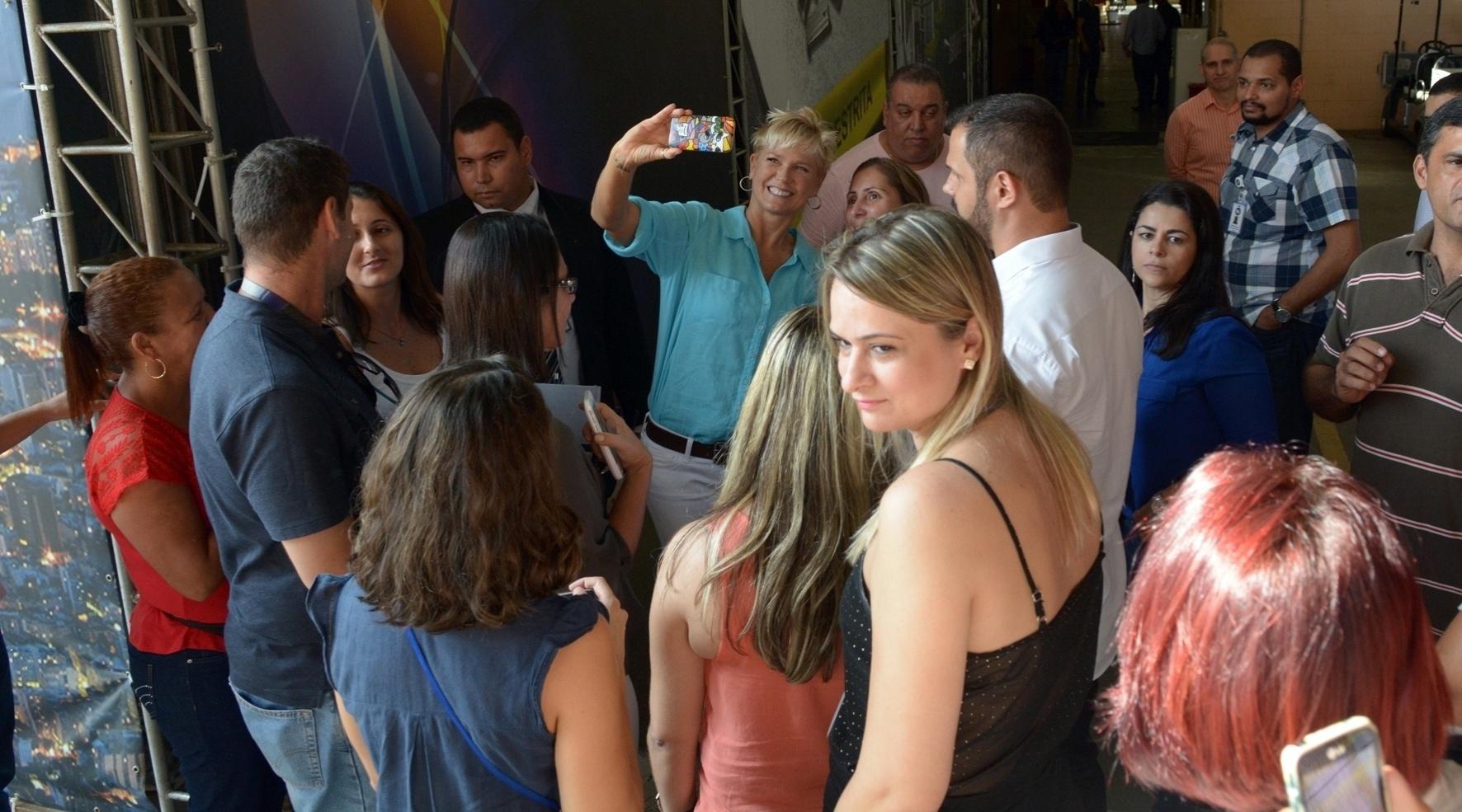 01.abr.2015- Xuxa faz selfie com uma fã durante visita à Record