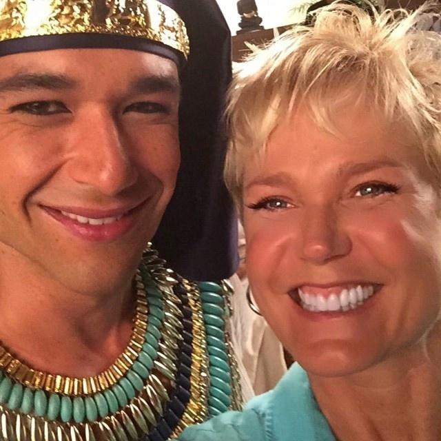 01.abr.2015- Xuxa fez questão de tirar uma selfie com o ator Sérgio Marone, nos estúdios de gravações da série
