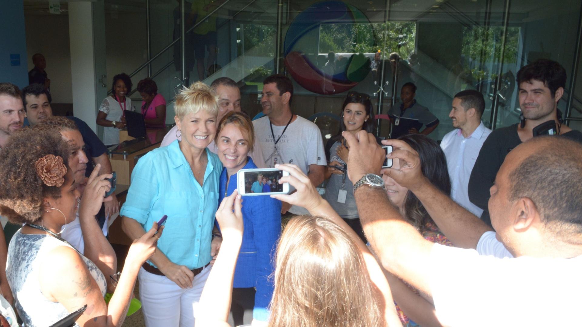 01.abr.2015- Xuxa tira fotos com funcionários da Record ao visitar o Recnov no Rio de Janeiro