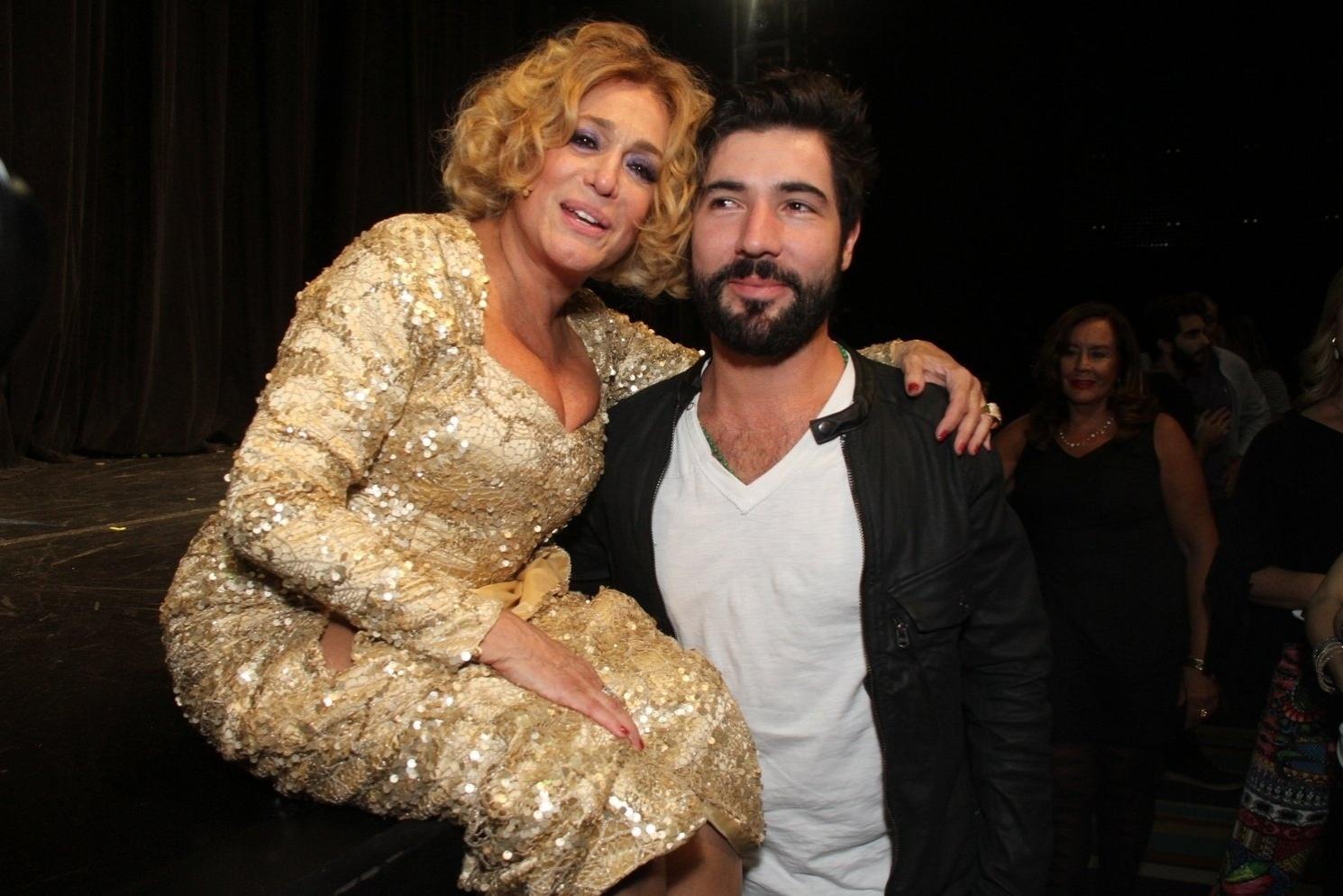 31.mar.2015 - Susana Vieira posa com o namorado Sandro Pedroso após a estreia da peça