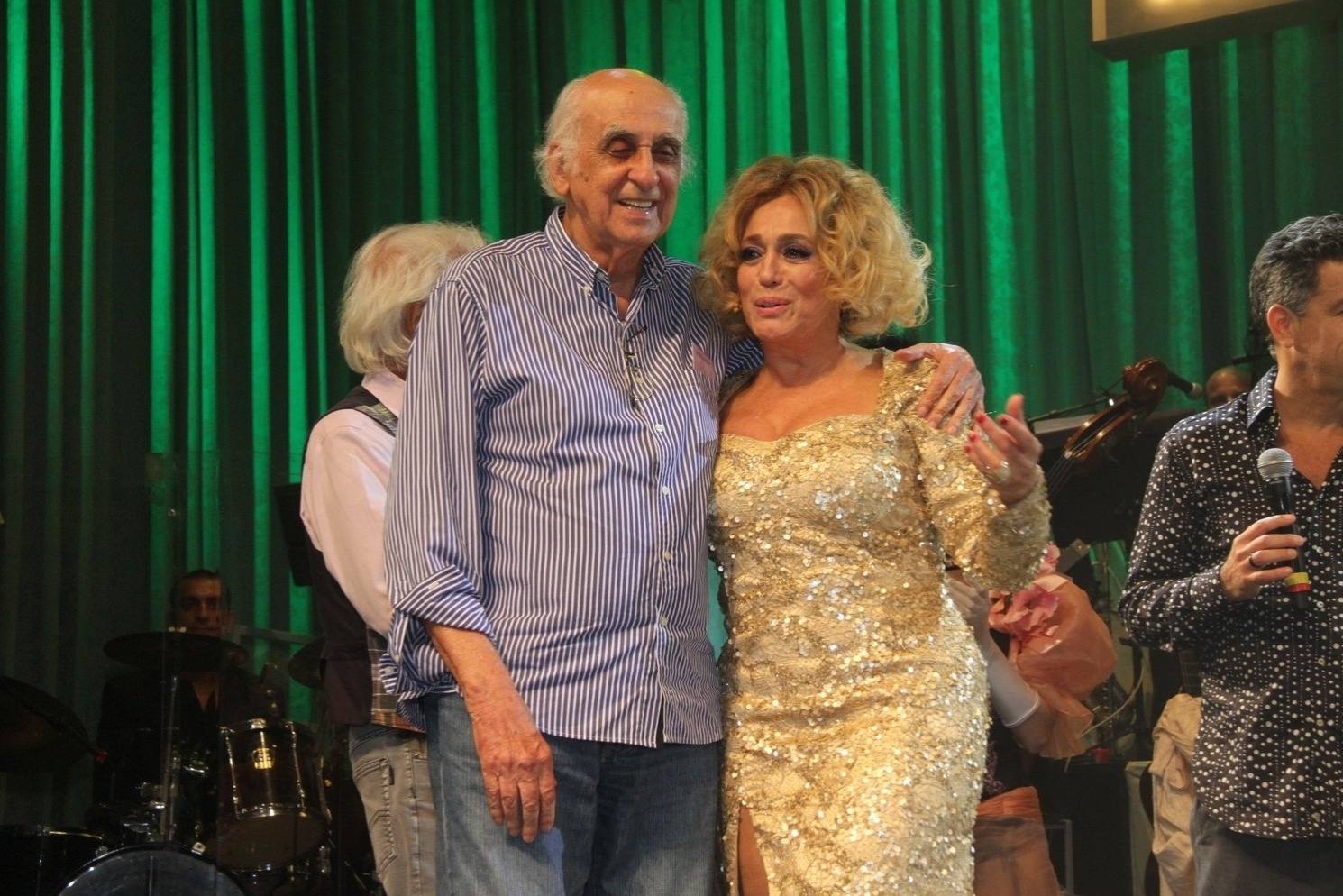 31.mar.2015 - Susana Vieira recebe abraço de Ziraldo no palco da peça
