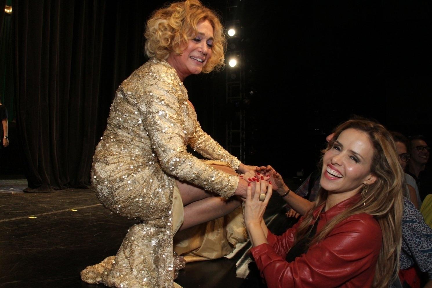 31.mar.2015 - Susana Vieira recebe carinho de Leona Cavalli após a estreia da peça
