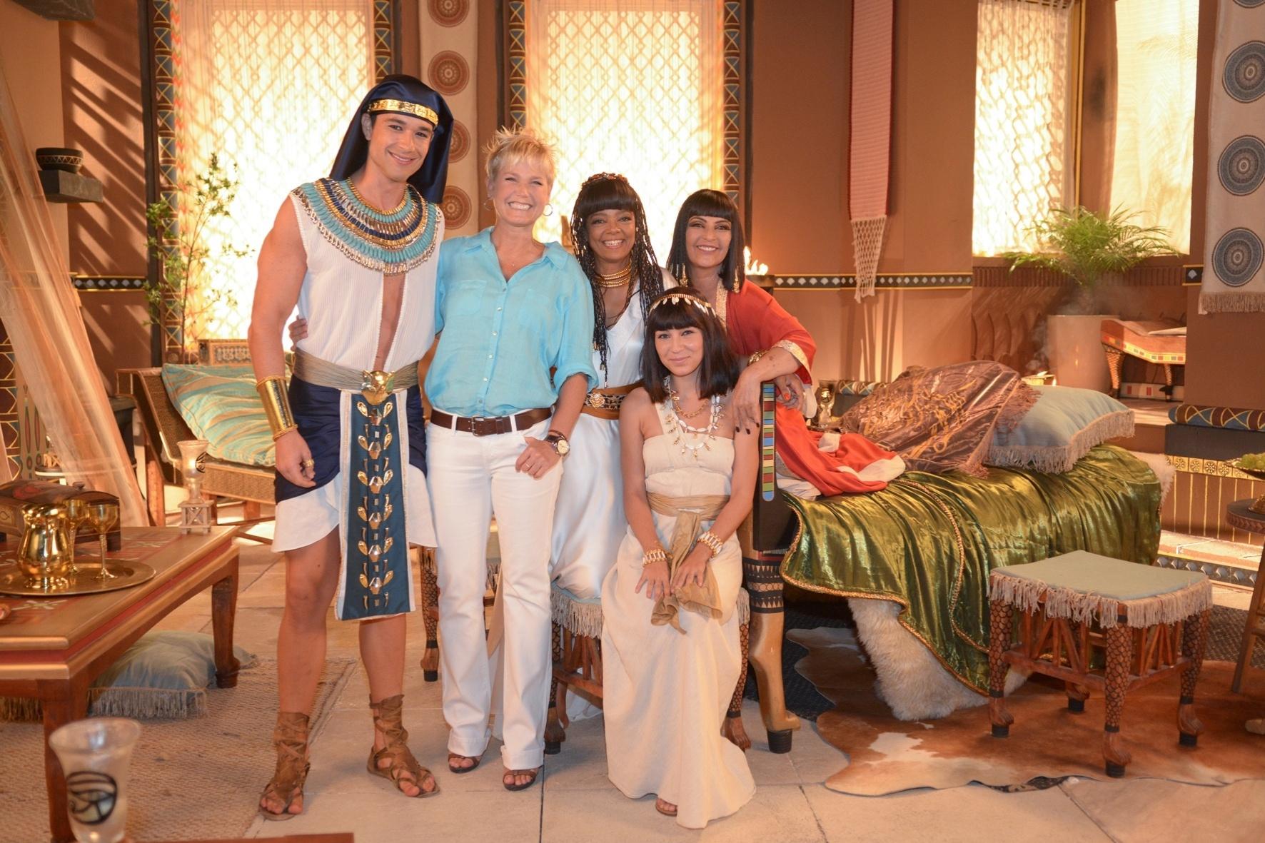 Em sua visita ao Recnov, Xuxa posa sorridente com parte do elenco de