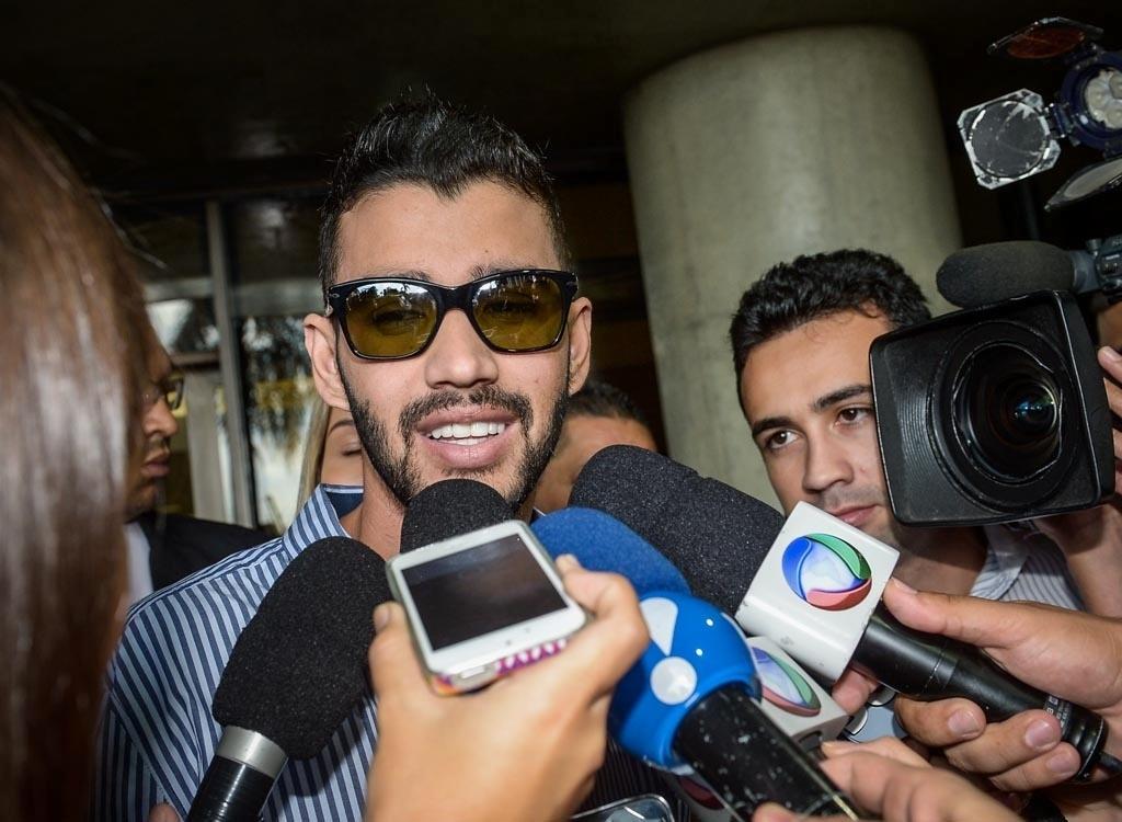 Após receber alta, Gusttavo Lima conversa com jornalistas