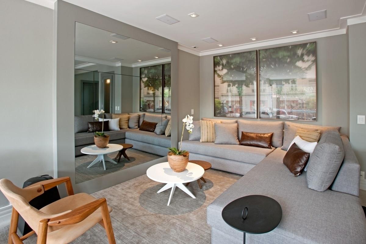 Na sala de estar o sofá em L da Artzzi revestido de linho ficou  #965F35 1200 800