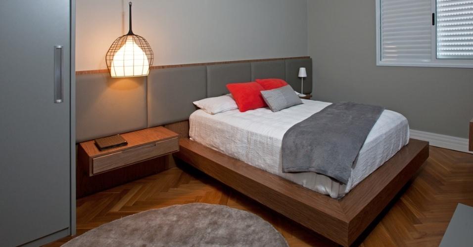 No dormitório do casal, o destaque fica para a cabeceira estofada que cria um ar moderno para a composição e ressalta a madeira utilizada para dar corpo à cama e ao piso. A casa de condomínio em Campinas (SP) teve seus interiores idealizados pela arquiteta Elaine Carvalho