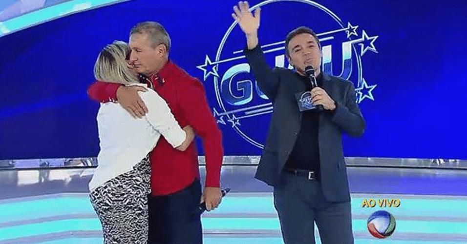 2.abr.2015 - Andressa Urach abraça o pai no palco do programa
