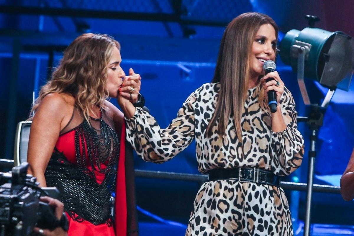 2.abr.2015 - Daniela Mercuruy reverencia Ivete Sangalo com um beijo na mão no