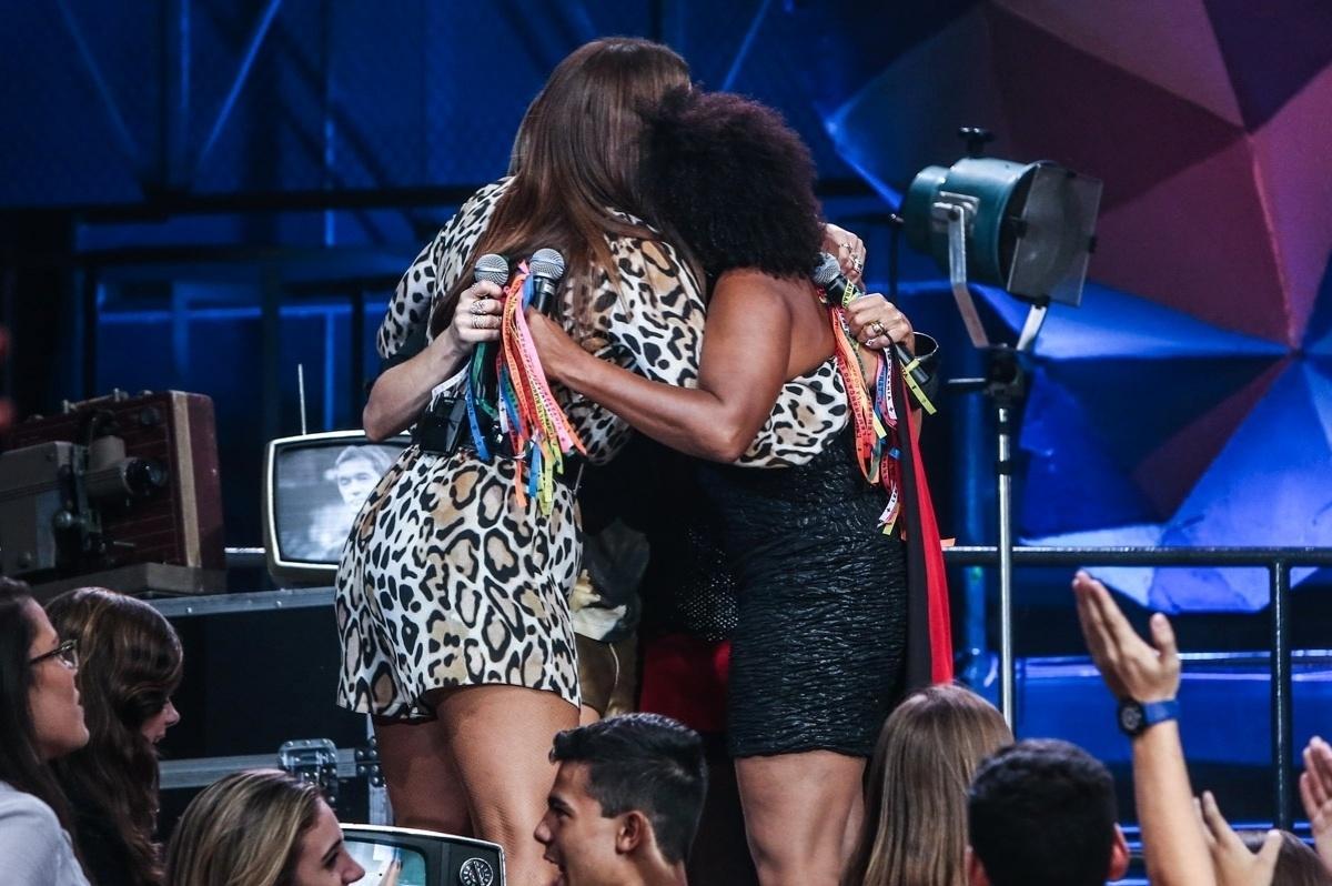2.abr.2015 - Ivete Sangalo, Claudia Leitte, Daniela Mercury e Margareth Menezes se abraçam depois de cantar