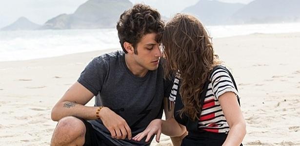 Depois de muitas conversas na internet, Laís (Luisa Arraes) e Rafael (Chay Suede) marcam outro encontro na praia