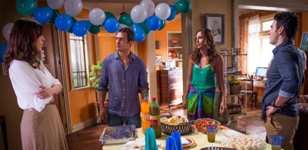 Luís Fernando (Gabriel Braga Nunes) convida Regina (Camila Pitanga) para o aniversário de Joaquim (Xande Valois) e Karen (Maria Clara Gueiros) não gosta