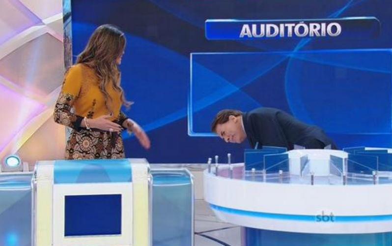 5.abr.2015 - Silvio Santos analisa pernas de Lívia Andrade à procura de celulites