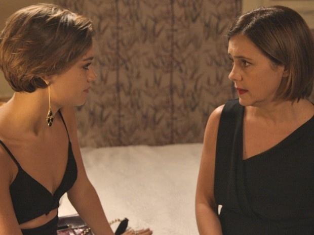 6.abr.2015 - Inês (Adriana Esteves) conta para Alice (Sophie Charlotte) que pretende roubar Evandro (Cassio Gabus Mendes) de Beatriz (Glória Pires)