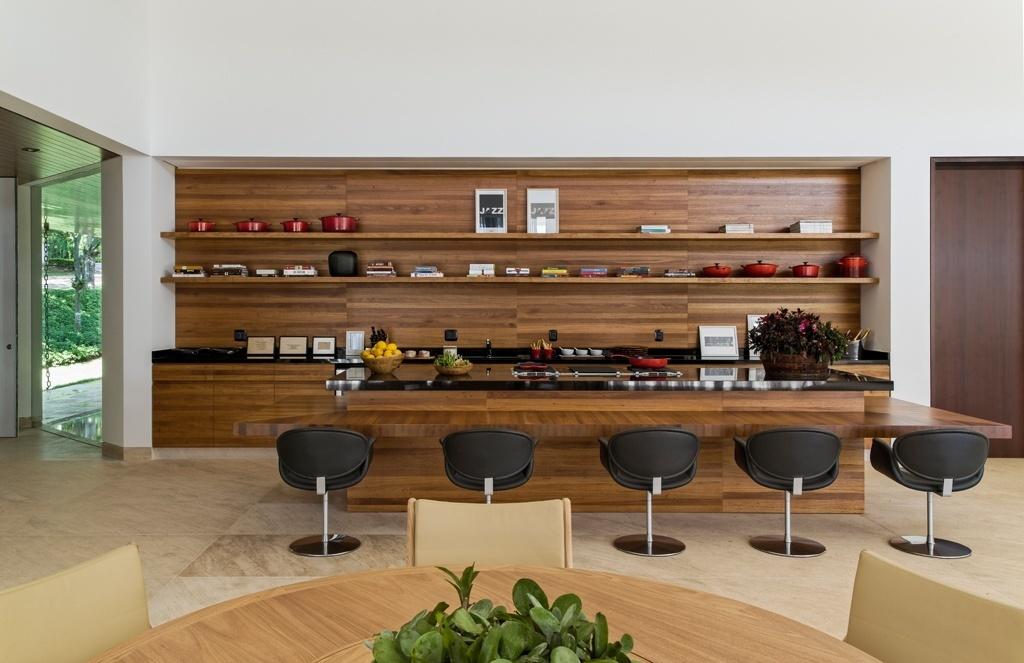 A cozinha gourmet tem bancadas e armários em marcenaria (Fenix) executada com madeira freijó e abriga adega, máquina de gelo, frigobar, dois cooktops e uma grelha elétrica para churrasco. As bancadas de preparo e de refeições são de granito preto absoluto. Na cozinha ainda há uma mesa de jantar. A casa LM/RM tem arquitetura do escritório CVA