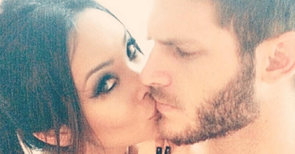 7.abr.2015 - Carol Nakamura posta uma foto romântica com o namorado, Raphael Lacchine, no Instagram, na madrugada desta terça-feira