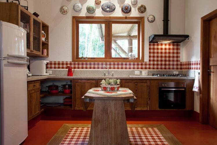 decorar cozinha rustica:Deste ângulo da cozinha projetada pela arquiteta Suzy Melo, vê-se a