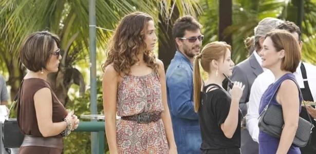 Na frente de Regina, Beatriz finge não conhecer Inês durante evento
