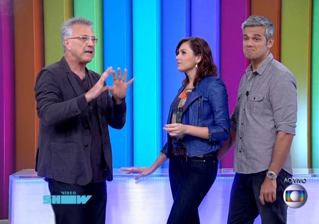 Pedro Bial conversa com os apresentadores Monica Iozzi e Otaviano Costa no estúdio do