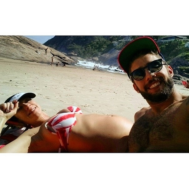 08.abr.2015 - Pedro Scooby e Luana Piovani postam foto na praia