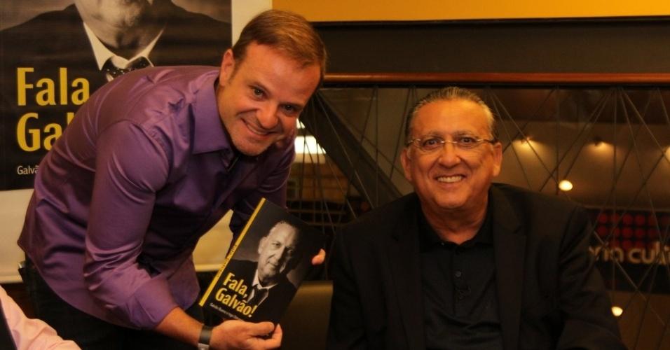 7.abr.2015 - Galvão Bueno autografa seu livro autobiográfico,