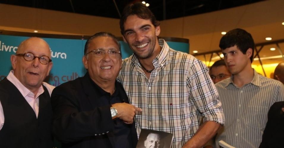 7.abr.2015 - Giba posa ao lado de Galvão Bueno no lançamento do livro autobiográfico,