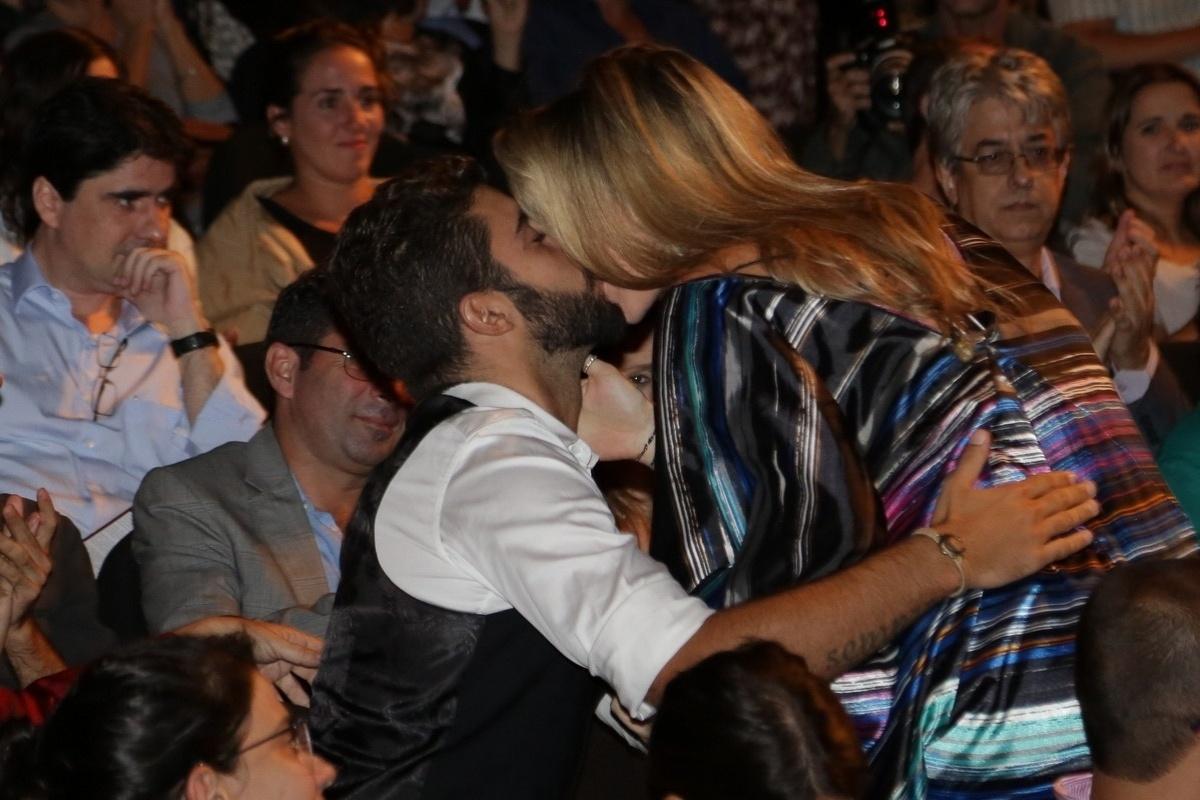 7.abr.2015 - Luana Piovani ganha beijo do marido, Pedro Scooby, na 9ª edição do Prêmio Zilka Sallaberry de Teatro Infantil, no Teatro Oi Casa Grande, no Rio de Janeiro, nesta terça-feira