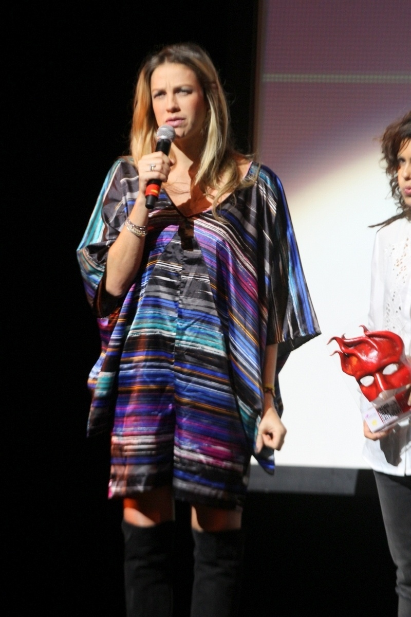 7.abr.2015 - Luana Piovani, grávida de quatro meses dos gêmeos Bem e Liz, leva o troféu de melhor atriz pelo espetáculo