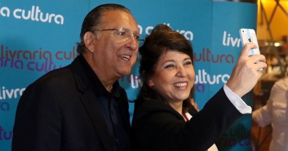 7.abr.2015 - Roberta Miranda faz uma selfie com Galvão Bueno no lançamento do livro autobiográfico,