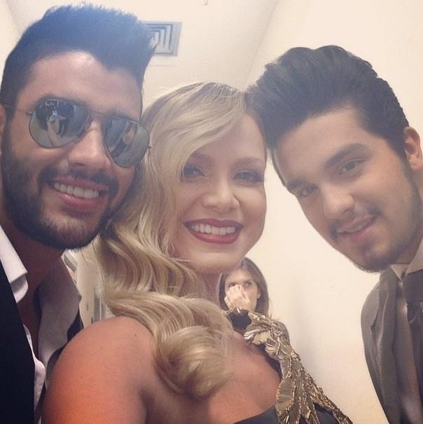 09.abr.2015 - Eliana posa com Gusttavo Lima e Luan Santana nos bastidores do Troféu Imprensa.