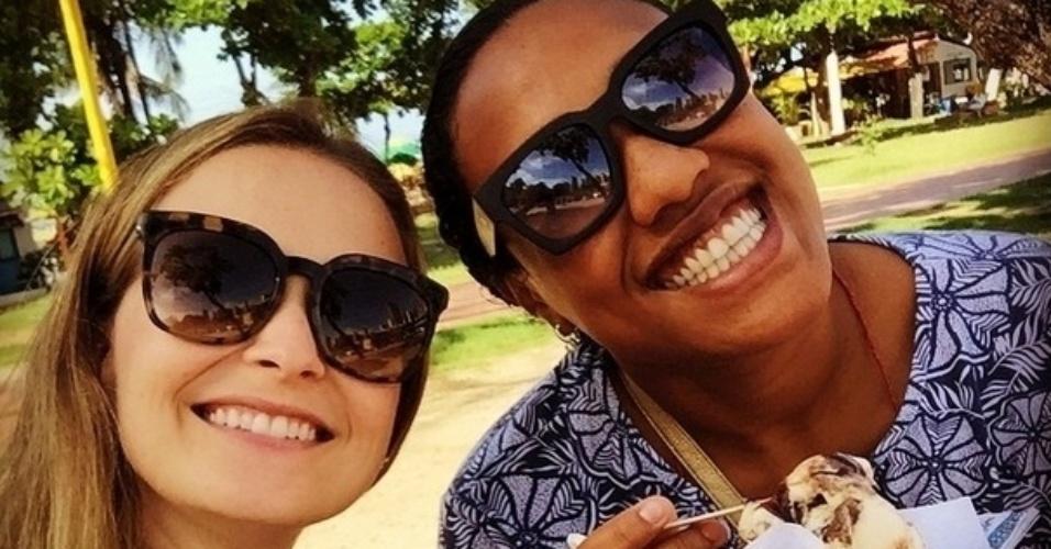 Fernanda Rodrigues se delicia com um sorvete durante passeio em Fortaleza