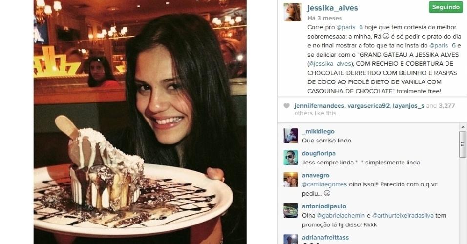Jessika Alves não resistiu a uma deliciosa sobremesa que leva seu nome em um restaurante do Rio