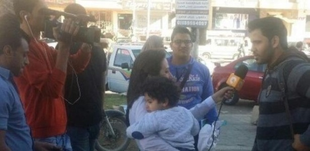 Lamia Hamdin foi fotografada enquanto gravava entrevistas com o filho pequeno no colo