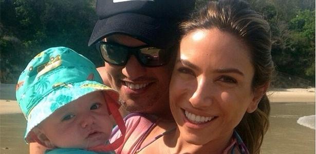 Patricia Abravanel posa ao lado de Fábio Faria e do filho Pedro
