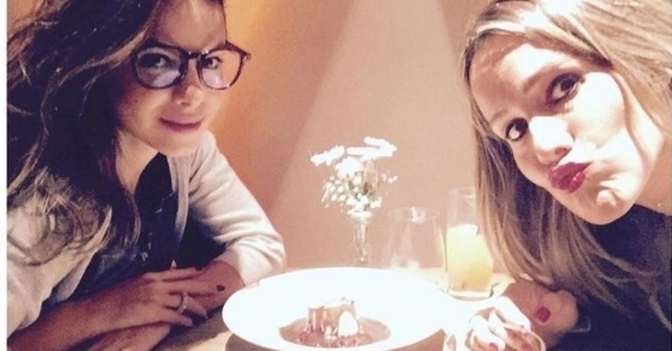 Sthefany Britto e Fernanda Freitas dividem a sobremesa e, claro, as calorias para se manterem magrinhas