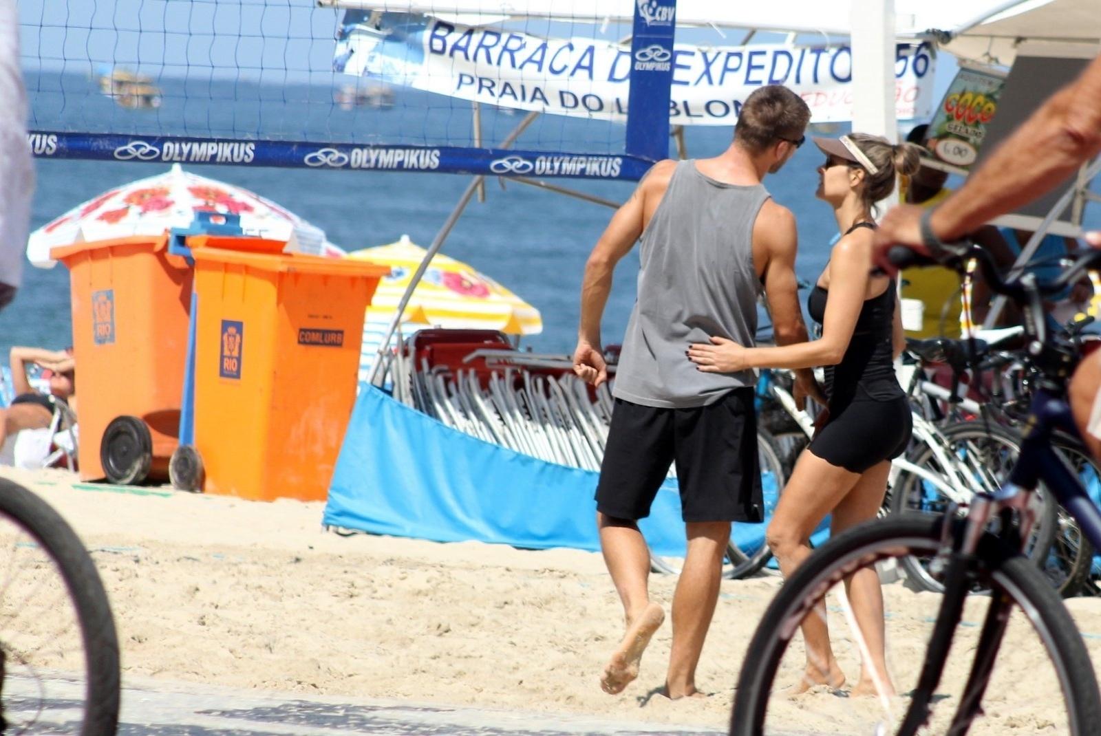 12.abr.2014 - Fernanda Lima e Rodrigo Hilbert conversam durante partida de vôlei na praia do Leblon, no Rio de Janeiro