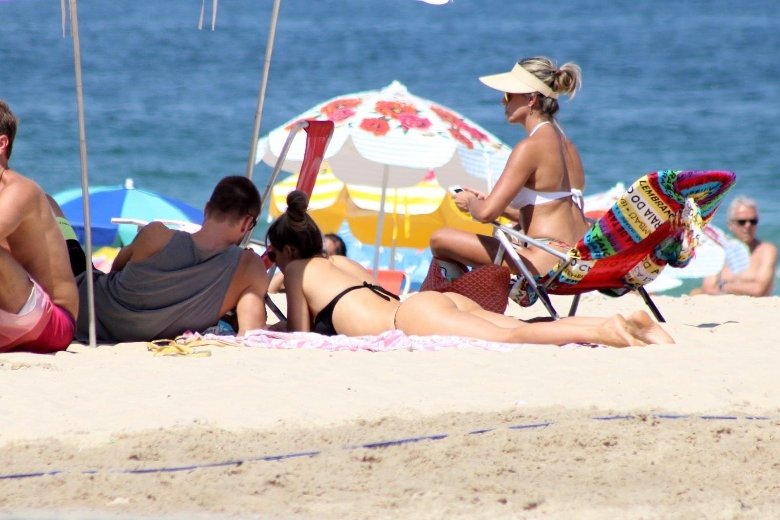 12.abr.2014 - Fernanda Lima e Rodrigo Hilbert deitam na areia e aproveitam dia na praia do Leblon, no Rio de Janeiro