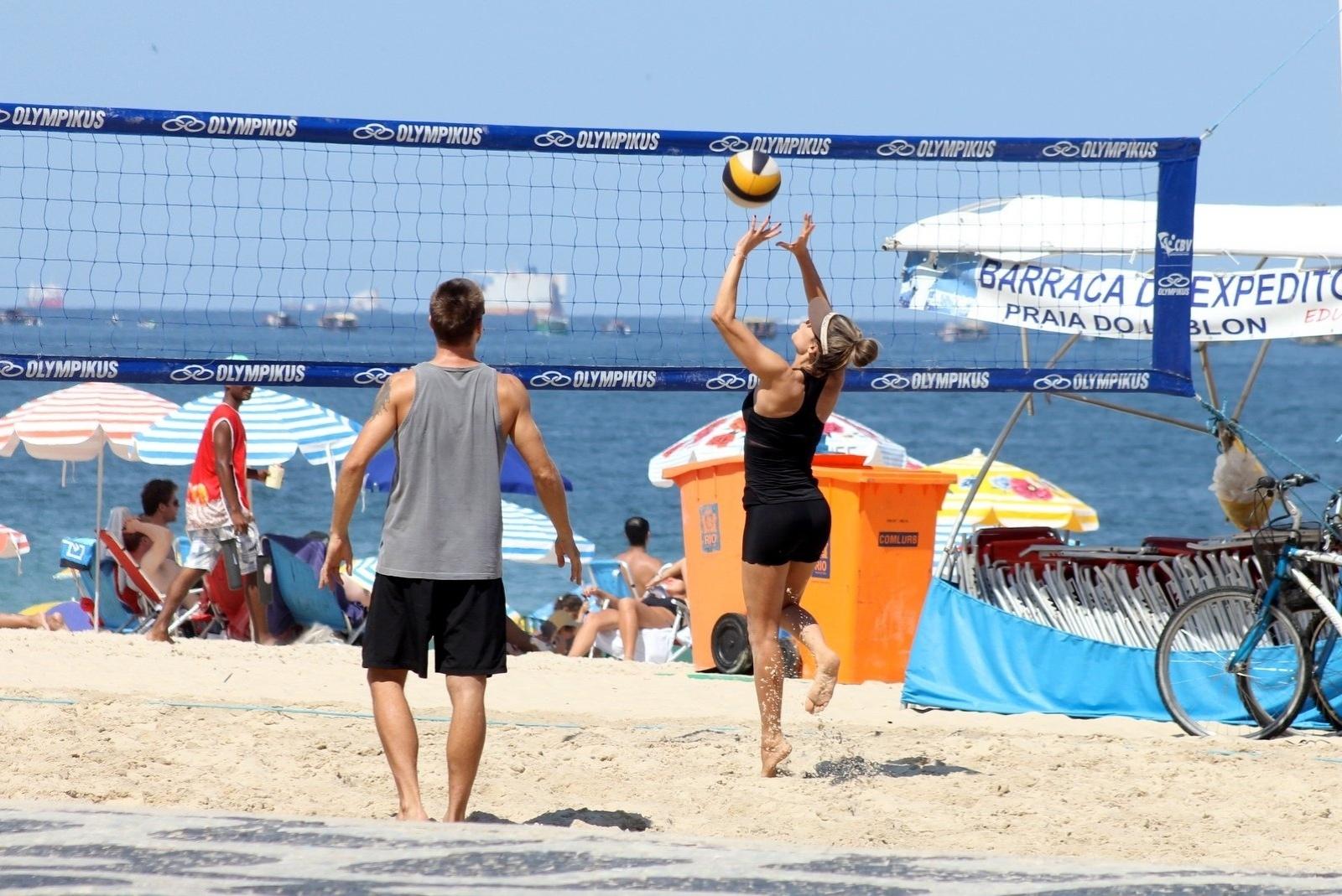 12.abr.2014 - Fernanda Lima e Rodrigo Hilbert jogam vôlei na praia do Leblon, no Rio de Janeiro