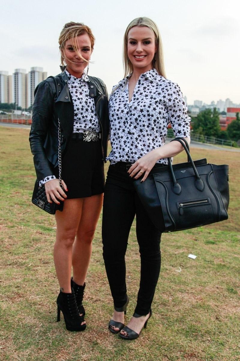 13.abr.2015 - A atriz Nathalia Rodrigues e a ex-BBB Fernanda Keulla usam camisa igual no 1º dia de desfiles da SPFW