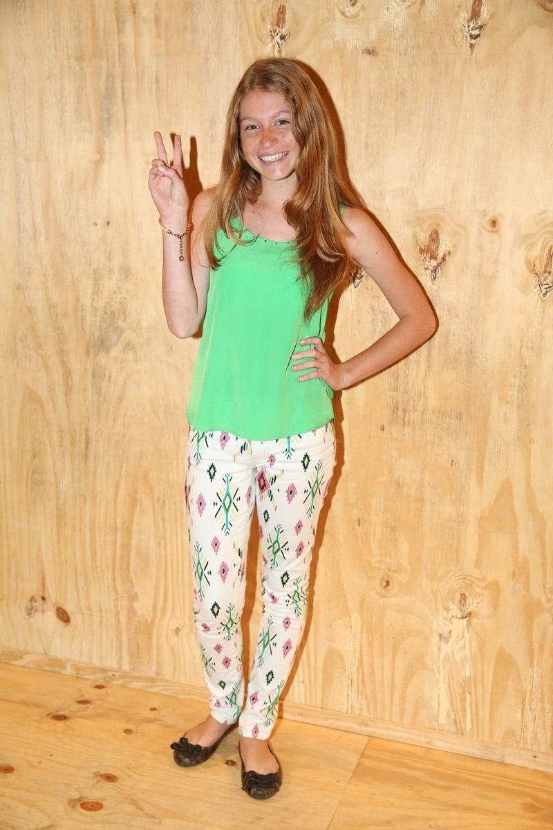13.abr.2015 - Apontada como sósia de Gisele Bündchen, a paulista Gaby Machado, de 13 anos, posa para fotos no 1º dia da SPFW
