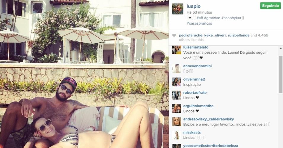 14.abr.2015 - Luana Piovani publicou em seu Instagram nesta terça-feira uma imagem curtindo a praia ao lado do marido, Pedro Scoob. Nela, é possível ver o atual tamanho da barriguinha da atriz, grávida de um casal de gêmeos que vão se chamar Bem e Liz. Os dois também são pais do pequeno Dom, de três anos